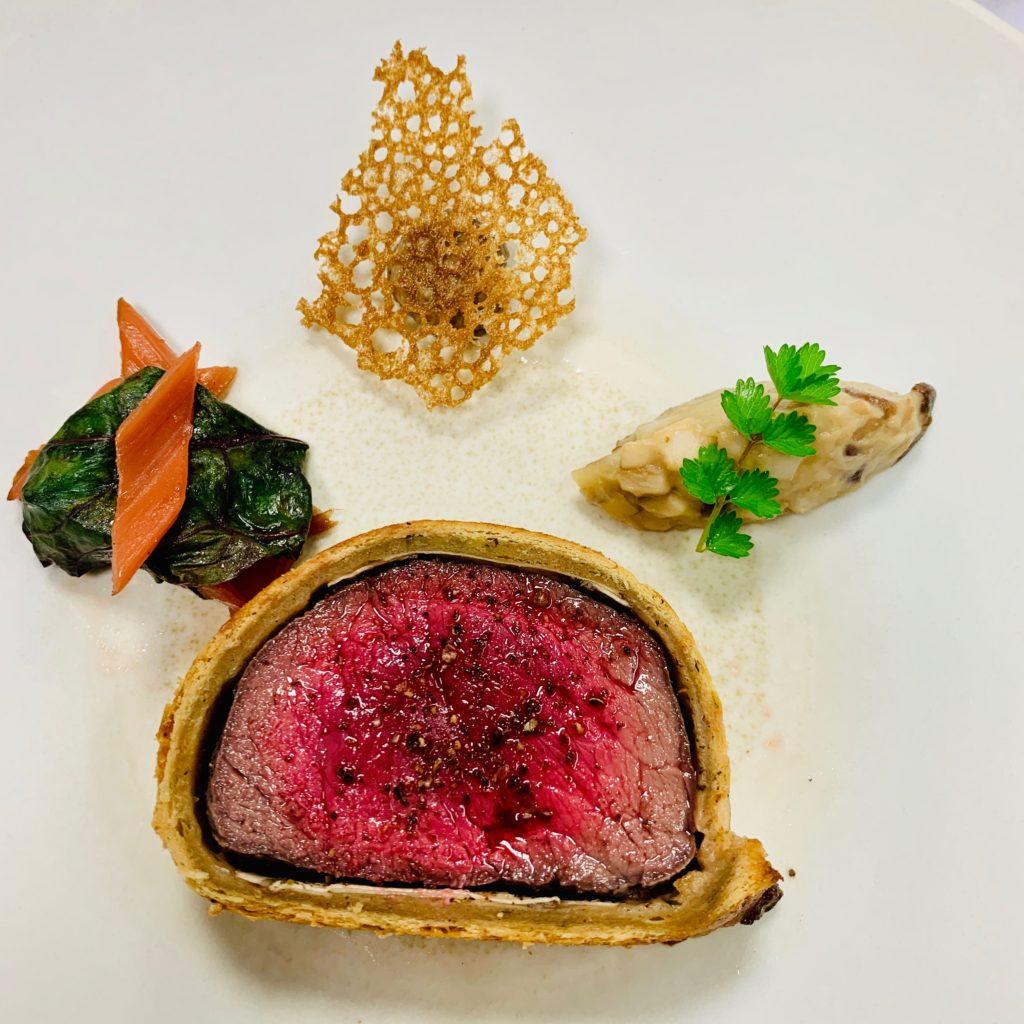 Rumsteak de Wagyu japonais en croute au Mélilot, gratin de blette au bouillon de boeuf et truffe, Sauce Vin Rouge et Poivre du Viet Nam.