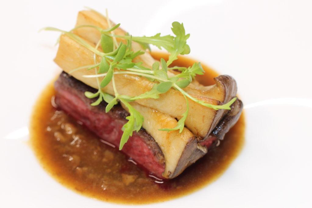 Paleron de Wagyu japonais grillé au binchotan, sauce collagène.
