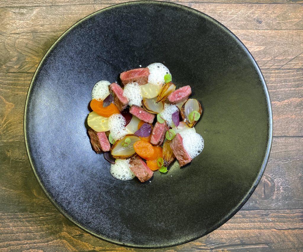 Faux filet de Wagyu japonais grillé, légumes d'un « pot au feu » à la fleur de sel, bouillon de boeuf coco/raifort d'Alsace.